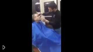 Смотреть онлайн Супер прикол: парень напугал парикмахера