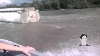 Смотреть онлайн КАМАЗ тонет посреди реки