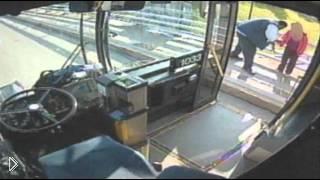 Смотреть онлайн Водитель автобуса спас женщину 30 октября 2013