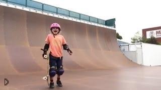 Смотреть онлайн Девчонка 9 лет делает трюки на скейтборде