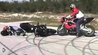 Смотреть онлайн Не смешные падения на мотоциклах