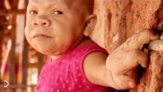 Смотреть онлайн Взрослая женщина с телом ребёнка