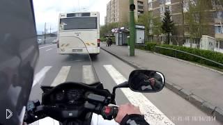 Смотреть онлайн Мотоциклист сделал хорошее дело