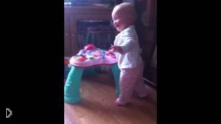 Смотреть онлайн Малышка испугалась чиха