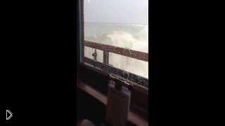 Смотреть онлайн Огромная волна выбила окна яхты 1 марта 2014