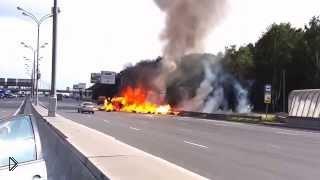 Смотреть онлайн Взрыв баллонов с газом на дороге Москвы