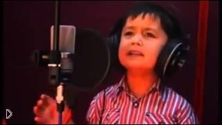 Смотреть онлайн Мальчик удивительно красиво поет