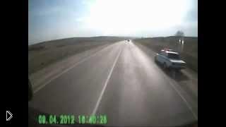 Смотреть онлайн Сумасшедший водитель на полной скорости сшибает инспектора ДПС