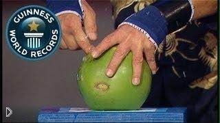 Смотреть онлайн Рекорд Гиннеса: разбивание кокосов пальцем
