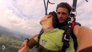 Смотреть онлайн Парень потерял сознание во время прыжка с парашютом
