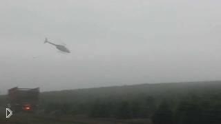 Смотреть онлайн Пилот вертолета выполняет невероятные маневры