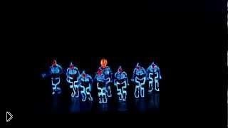 Смотреть онлайн Невероятный неоновый танец в темноте