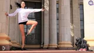 Смотреть онлайн Девушка красиво танцует танец Контемп