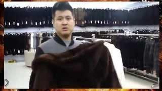 Смотреть онлайн Китайский продавец продает шубу метис