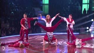 Смотреть онлайн Яркое синхронное выступление коллектива танцоров