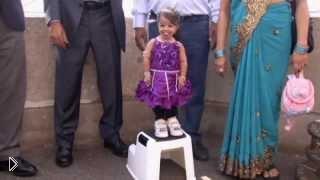 Смотреть онлайн Рекорд книги Гиннесса: самая маленькая девушка