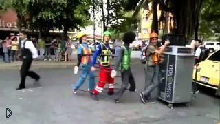 Смотреть онлайн Парень танцует с напарниками под музыку Джексона