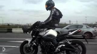 Смотреть онлайн Мотоциклист едет со скоростью без рук