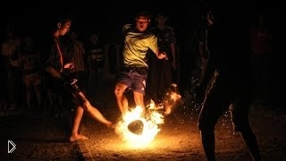 Смотреть онлайн Студенты играют в огненный футбол голыми ногами