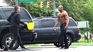 Смотреть онлайн Офигевший парень сливает бензин