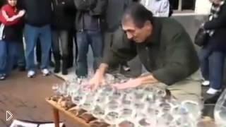 Смотреть онлайн Талантливая игра на стеклянных бокалах