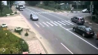 Смотреть онлайн Водитель спровоцировал жуткое ДТП и уехал