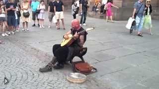 Смотреть онлайн Красивая и сложная песня в исполнении уличного певца