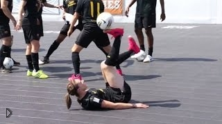 Смотреть онлайн Классные трюки на меткость с футбольным мячом