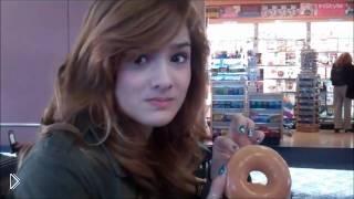 Смотреть онлайн Девочка проглотила пончик не оставив и крошки