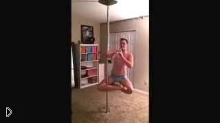 Смотреть онлайн Крутой танец на пилоне с кларнетом