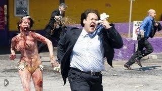 Смотреть онлайн Прикольный розыгрыш над людьми : зомби атакуют