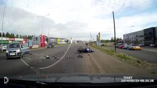 Смотреть онлайн Серьезная авария с участием мотоциклиста