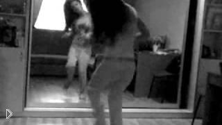 Смотреть онлайн Зажигательный танец девушки дома