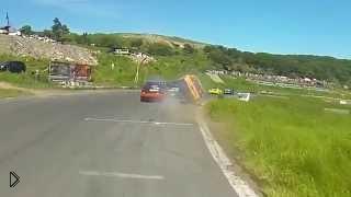 Смотреть онлайн Авария на гонках с переворотом