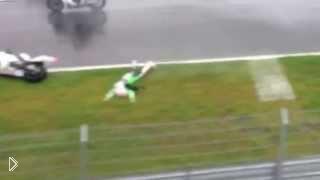 Смотреть онлайн Страшная гибель мотоциклиста прямо на гонках