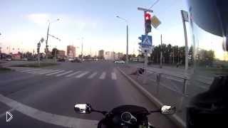 Велосипедист не справился с поребриком - Видео онлайн