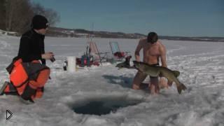 Смотреть онлайн Прикольный случай на зимней рыбалке: рыбак морж