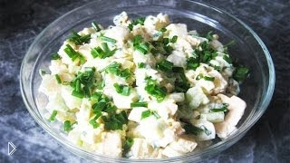 Смотреть онлайн Простой салатик с плавленным сыром