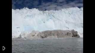 Смотреть онлайн Туристы чуть не получили смерть среди айсбергов