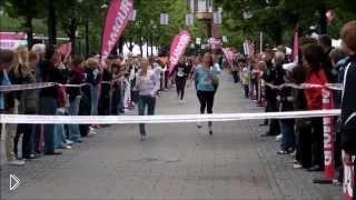 Смотреть онлайн Досадный фейл: бегунья упала на финише
