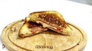 Смотреть онлайн Горячий сэндвич с сыром и колбасой