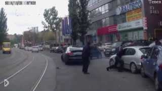 Смотреть онлайн Стрельба в центре города, нападение на машину