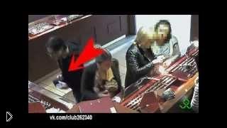 Смотреть онлайн Наглый карманник обворовывает женщину