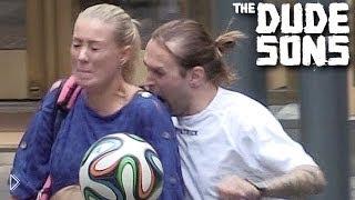 Смотреть онлайн Эпидемия Суареса: футболист зомби кусает людей