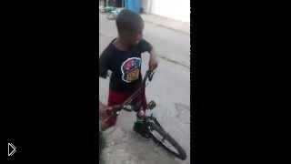 Смотреть онлайн Ребенок ударил мальчика пока призрак ведет велосипед