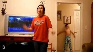 Смотреть онлайн Младший братик перетанцевал сестру