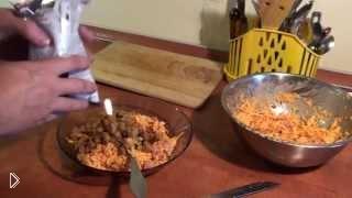 Смотреть онлайн Салат с сухариками и колбасой: рецепт