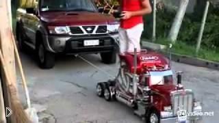 Смотреть онлайн Игрушечный грузовик вытянул Nissan