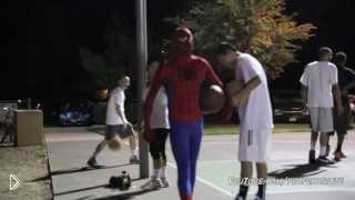 Смотреть онлайн Человек паук играет в баскетбол