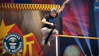 Смотреть онлайн Рекорд Гиннеса: прыжок через турник на Пого Стике